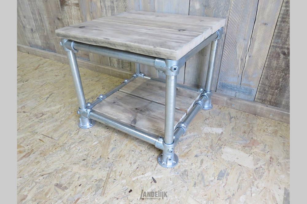 Nachtkastje Of Bijzettafeltje Van Steigerbuis Met Wieltjes En Ingelegde Gebruikt Steigerhouten Planken